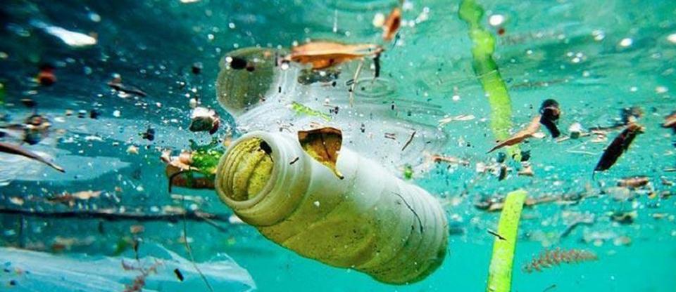 mar contaminado con botellas de plastico