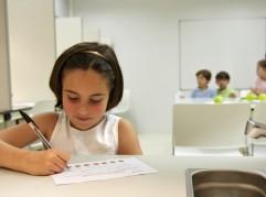 Niños realizan cata sensorial de refresco de naranja con la ayuda de una especialista en análisis sensorial, Cata de alimentos, Laboratorio sensorial, Azti-Tecnalia, Centro Tecnológico de Investigación Marina y Alimentaria, Derio, Bizkaia, Euskadi, Spain