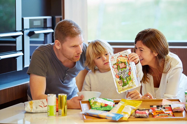 familia probando snacks