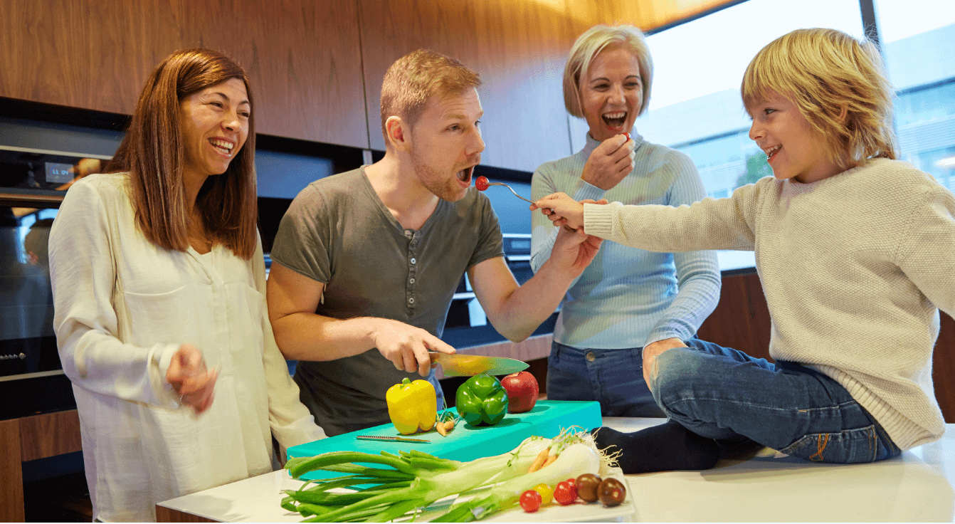 familia comiendo verduras