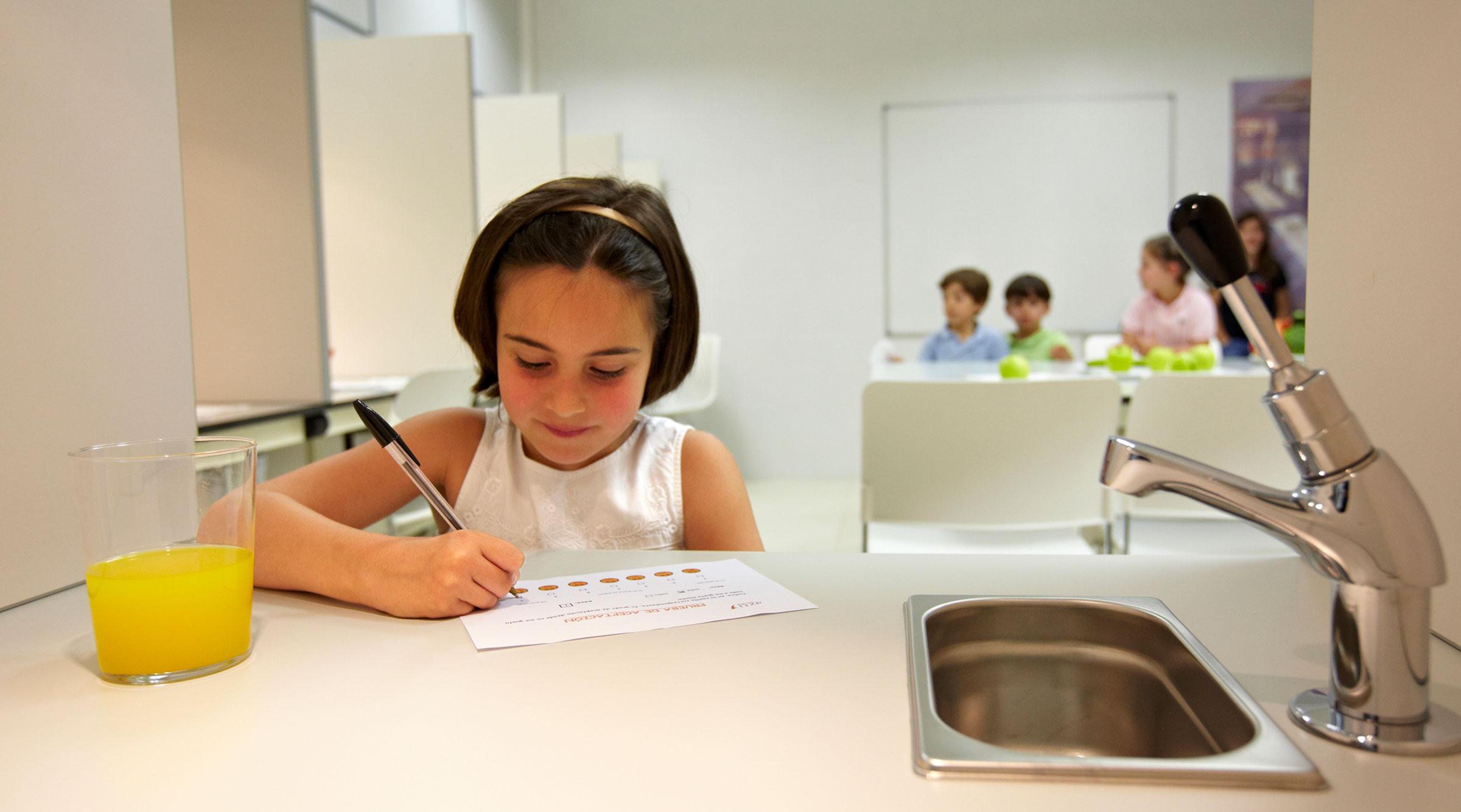 chica-escribiendo-boligrafo-test-zumo-plataforma-azti
