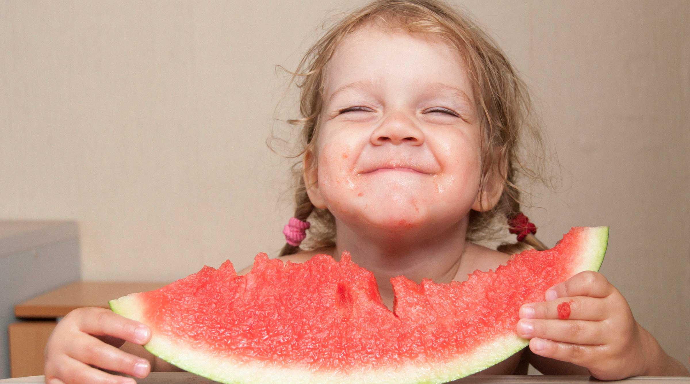 chica-pelo-risa-sandia-fruta