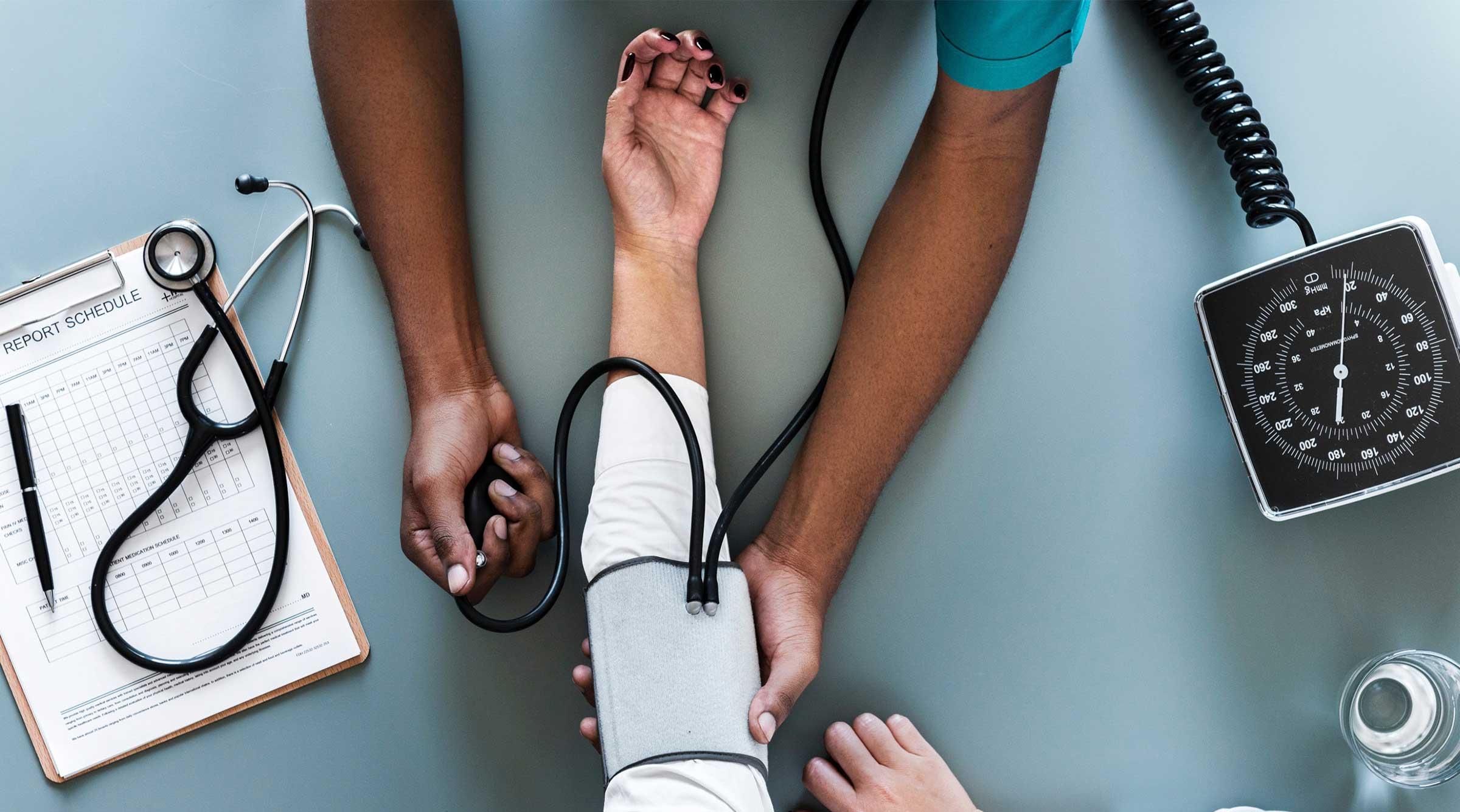 medico-enfermera-hospital-analisis-dmg-360