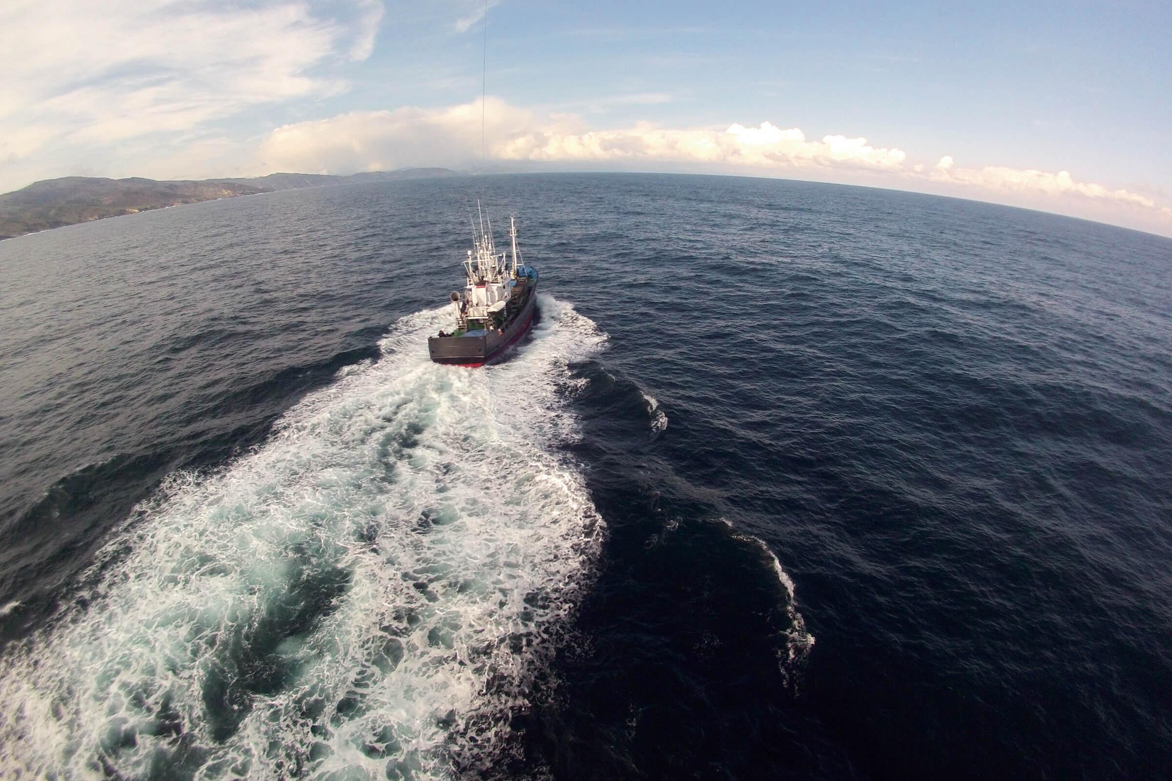 barco de pesca en la mar