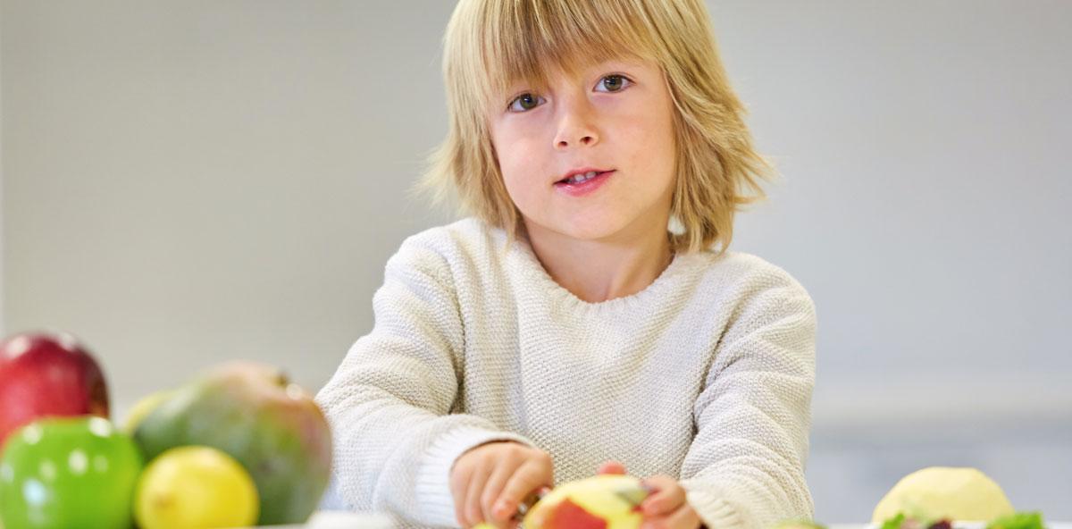 nino pelando manzanas