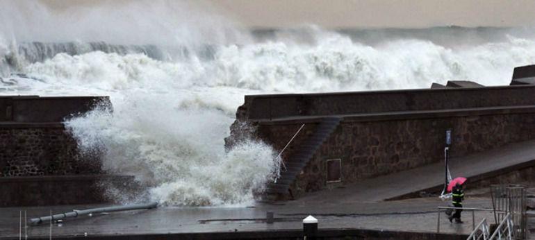 rebase de olas en puerto