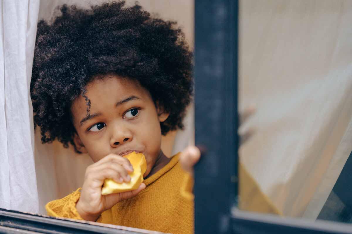 niño comiendo mango