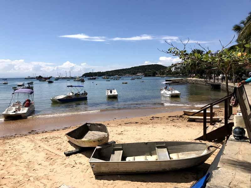 playa con barcos