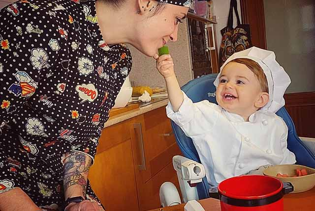 nino cocinero con su madre